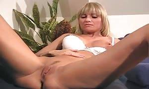 Suesse Blondine spielt an sich rum