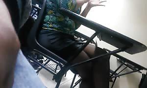 companera culona en minifalda two