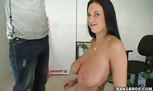 massive chested Bella Blaze does tugjob in close up