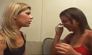 dos mujeres con gripaa se besan en la boca